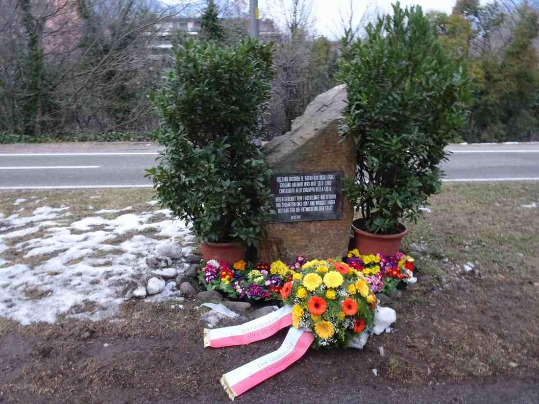 Foibe- Denkmal mit SHB- Bouket